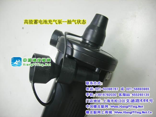 特点/使用: (1)产品可以在家庭220V交流充(蓄)电,也可以在汽车上蓄电。可以为游泳圈、浮排、充气船 、充气床、充气沙发、充气水池、水床等充气用品打气。 (2)两个气口:一个充气,一个放气(当你想把床收起来的时候,只要把配有的一个盖子装在背 后的吸气口,把它对着气床,一按开关,一切就变得轻松了。